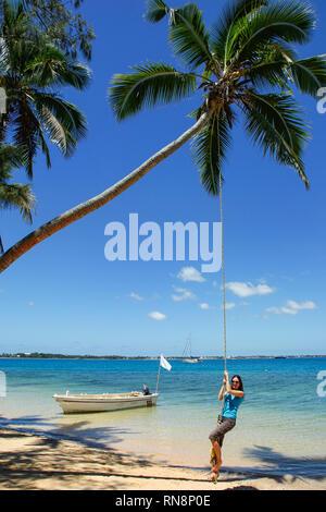 Junge Frau Schwingen am Seil schwingen an Pangaimotu Island in der Nähe von Tongatapu Insel in Tonga. Königreich Tonga ist ein Archipel aus 169 Inseln - Stockfoto