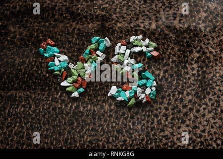 Das Zeichen der Konfrontation im Spiel oder Sport ist mit Süßigkeit auf ein Leopard Haut ausgekleidet - Stockfoto