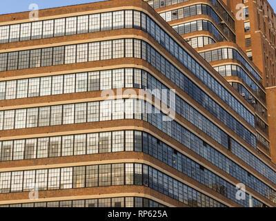 Ecke mit Muster von Windows auf der Vorderseite bzw. an der Seite des Gebäudes - Stockfoto