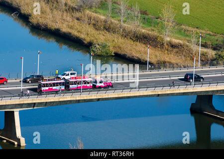 27. Dezember 2018. Touristischer Zug auf den Fluss Tejo in Toledo, Spanien - Stockfoto