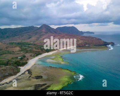 Indonesien, West Sumbawa, Maluk Strand, Luftaufnahme von Super saugen Surf Point - Stockfoto