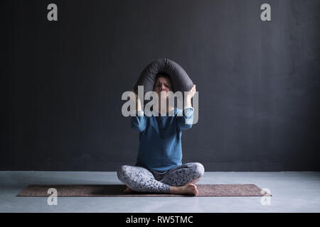 Mädchen nicht darauf konzentrieren, Gefühl von Verkehrslärm gestört. Missfallen reifen europäischen Frau auf Yoga und runzelte die Stirn und Schmollen - Stockfoto