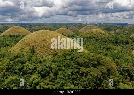 Insel Bohol, Philippinen. April, 2018. Allgemeine Ansicht der Nationalen geologischen Denkmal der Chocolate Hills auf Bohol Island, Philippinen. - Stockfoto