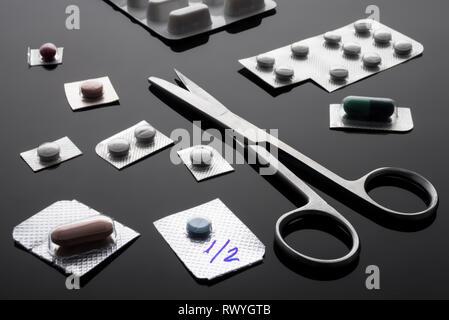 Monodose Medikamente mit Schere, konzeptionelle Bild, horizontale Zusammensetzung - Stockfoto