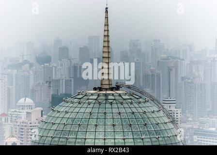 Radisson Hotel auf der Dachterrasse Mast und Skyline von Shanghai, Aussicht vom Sheraton Hotel. Shanghai, China - Stockfoto