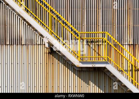 Die Außenseite des Blech Lager Wand- und Notausgang Treppe - Stockfoto