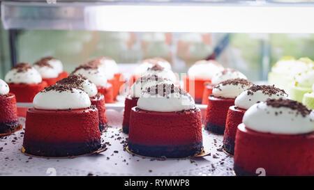Red velvet Desserts mit cremigen Belag im Kühlschrank. - Stockfoto