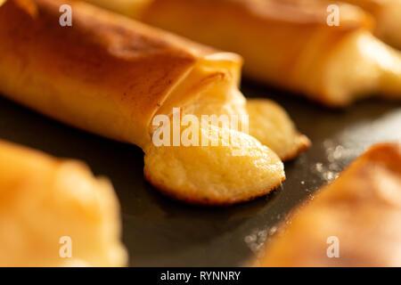 Gebackenen Blätterteig Nahaufnahme Nahaufnahme Nahaufnahme. Aus geschmolzenen Käse gebacken, gekocht flockiger Blätterteig Käse beißt. Gebackenen Blätterteig Gebäck auf backblech. - Stockfoto