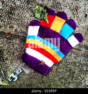 Verlorenes bunten Kind Handschuh im Stich gelassen. - Stockfoto