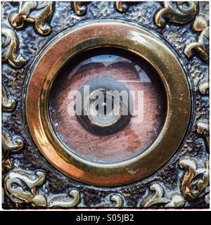 Auge-Guckloch an Tür von außen gesehen. Kleines Loch mit Glas abgedeckt - Stockfoto