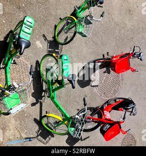 Rideshare Fahrräder in Seattle warten auf die Fahrer - Stockfoto