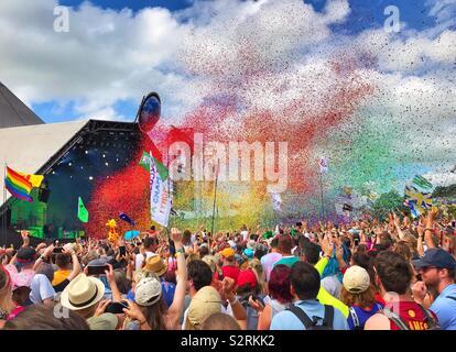 Eine Wolke von Rainbow Konfetti bunte über die Masse an der großen Satz durch Jahre und Jahre auf dem Glastonbury Festival 2019 gespielt - Stockfoto