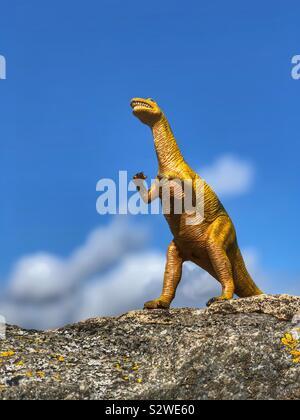 T-Rex steht auf einem Felsen - Stockfoto