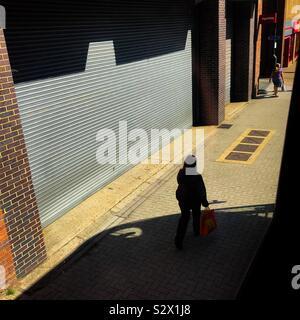 Auf der Suche bus-Fenster von oben Deck auf Fußgänger zu Fuß auf dem Bürgersteig unten und eine mutige Schatten der Bus auf den Boden geworfen - Stockfoto