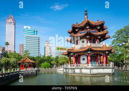 Taipei, Taiwan - März 2019: 228 Memorial Park City View mit chinesischen Pagode. 228 Memorial Park befindet sich im Zentrum von Taipei - Stockfoto