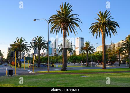 Am Abend Blick auf den Riverside Drive von Langley Park, Perth, Western Australia gesehen. - Stockfoto
