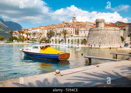 Schöne Aussicht auf die Altstadt von Korcula auf einem schönen, sonnigen Tag mit blauen Himmel und Wolken im Sommer, Insel Korcula, Dalmatien, Kroatien - Stockfoto