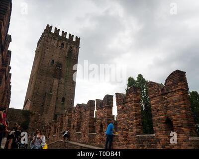 Blick auf den Turm von Castelvecchio, eine Burg aus den 1700s, jetzt ein Civic Museum - Stockfoto