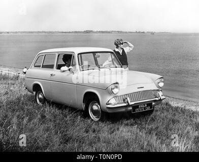 Transport/Verkehr, Autos, Fahrzeug Varianten, Ford Anglia 105E Immobilien de Luxe, Ansicht von rechts vorne, Ford von Großbritannien, 1960er Jahre, Additional-Rights - Clearance-Info - Not-Available - Stockfoto