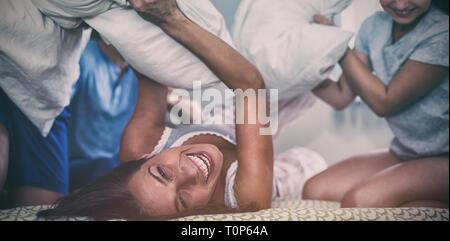 Familie mit Kissen im Schlafzimmer zu kämpfen - Stockfoto