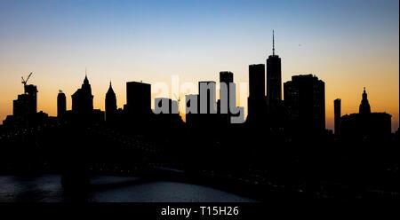 New York City Skyline Gebäude Silhouetten in der Dämmerung mit Farbe Twilight Himmel über Manhattan NYC - Stockfoto