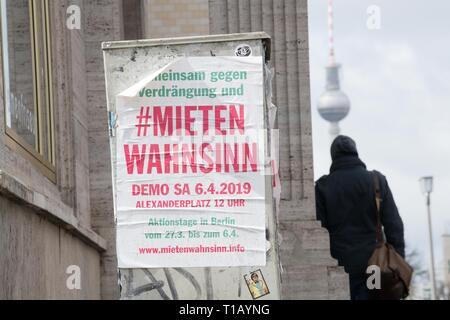 Berlin, Deutschland. 25 Mär, 2019. Ein Plakat auf der Karl-Marx-Allee ruft zu einer Demonstration gegen steigende Mieten. Quelle: Jörg Carstensen/dpa/Alamy leben Nachrichten - Stockfoto