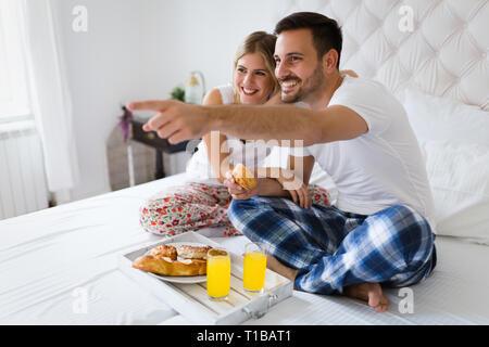 Junges Paar in die romantischen Zeiten im Schlafzimmer - Stockfoto