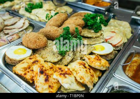 Eine Reihe von Fleischgerichten in die Fächer, ein Bankett Tisch - Stockfoto
