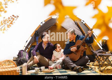 Zwischen drei Leute spielen der Gitarre - Stockfoto