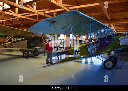 Ein Besucher prüft eine Deutsche Halberstadt CL IV Jagdflugzeug im WWI Aufhänger der militärischen Luftfahrt Museum in Virginia Beach, VA. - Stockfoto