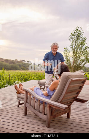 Reifes Paar entspannende, toasten Champagnergläser auf Resort Terrasse - Stockfoto