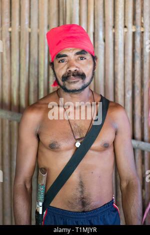 Eine lokale Alfur Dorfbewohner und Jäger aus seram Insel, Molukken, Indonesien - Stockfoto