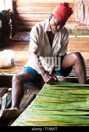 Indigene Völker der Alfur Nuaulu Gruppe Zusammenfügen von Palmblättern, Seram Insel, Molukken, Indonesien - Stockfoto
