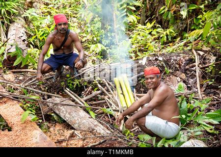 Indigene Alfur Jäger der Nuaulu Gruppe, die eine Erde Backofen im Regenwald, Insel Seram, Molukken, Indonesien - Stockfoto