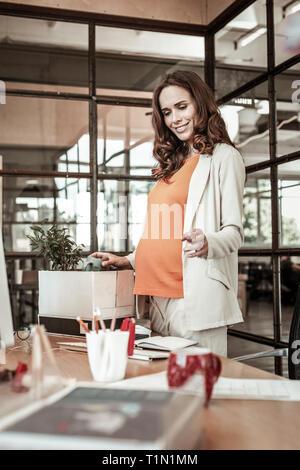 Strahlend schön schwanger Frau mit breiten Grinsen - Stockfoto