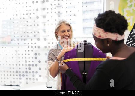 Weibliche Mode Designer im Studio - Stockfoto