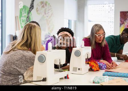 Weibliche Mode Designer arbeiten bei Nähmaschinen im Studio - Stockfoto