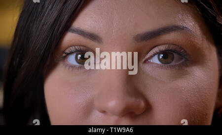 Close-up Eye - Porträt der Schönen im mittleren Alter übergewichtig Frau ruhig schauen in die Kamera auf Büro Hintergrund. - Stockfoto