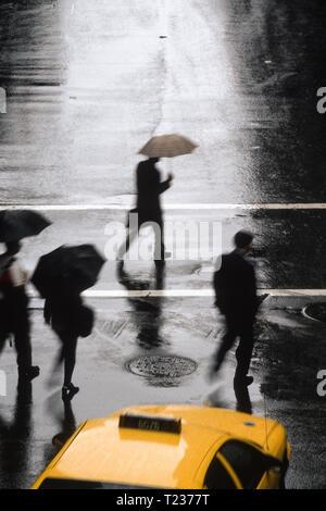 Fußgänger ein regnerischer Straße in New York City, USA - Stockfoto