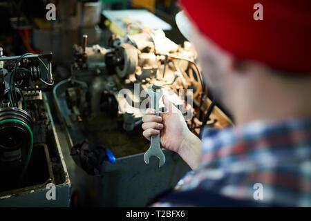 Nicht erkennbare Mechaniker Holding Schraubenschlüssel - Stockfoto