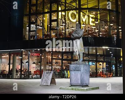 Manchester, Großbritannien - 17 Februar, 2019: Abend Erfassung von HOME Zentrum für internationale zeitgenössische Kunst, Theater und Film und die Statue von Frie - Stockfoto