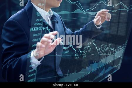 Geschäftsmann vor virtuellen moderne Computer virtuelle Touchscreen Analyse auf Investition Risikomanagement und Analyse zur Investitionsrendite. - Stockfoto
