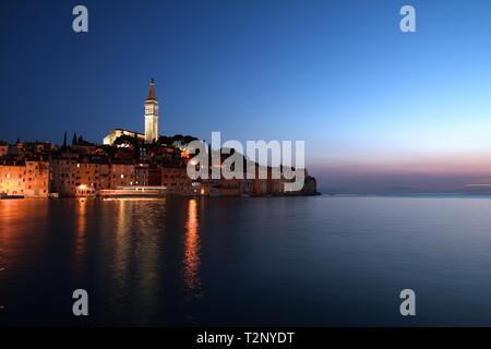 Kroatien - Rovinj auf der Halbinsel Istrien. Typisch kroatische Stadt am Meer - Abend. - Stockfoto