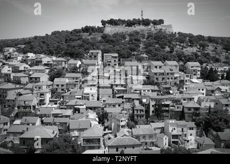 Kroatien - Sibenik in Dalmatien. Mediterrane Stadtbild mit Festung. Schwarze und weiße Ton - retro monochrome Farbe Stil. - Stockfoto