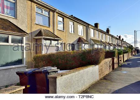 Straße der Terrassierten suburban Häuser in Filton, Vorort von Bristol in South Gloucestershire, England, Großbritannien - Stockfoto