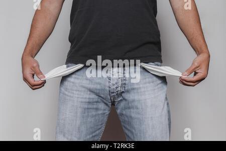 Armer Mann Konzept mit erwachsenen männlichen caucausian zeigt seine leeren Taschen - Stockfoto