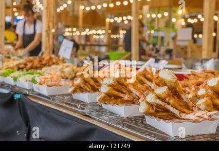 Knusprige Krabben auf der Straße Essen in Thailand vor festival Hintergründe - Stockfoto