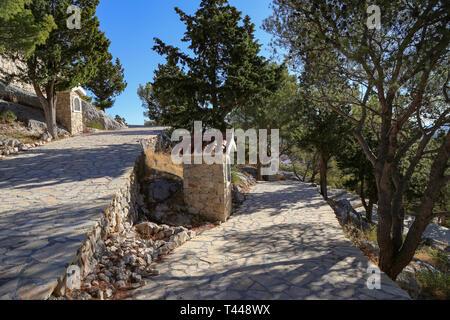Kirche. Tribunj ist ein Ort und eine Gemeinde im Landkreis Sibenik-Knin, Kroatien. - Stockfoto