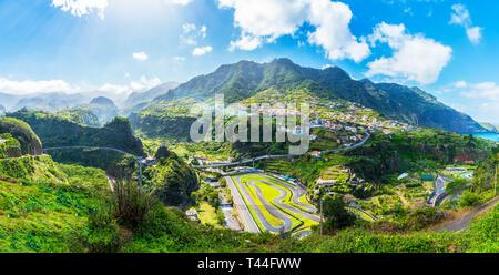 Blick auf Faial Dorf und Kartbahn, Insel Madeira, Portugal - Stockfoto