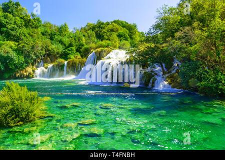 Wasserfälle im Nationalpark Krka, Dalmatien, Kroatien im sonnigen Tag - Stockfoto